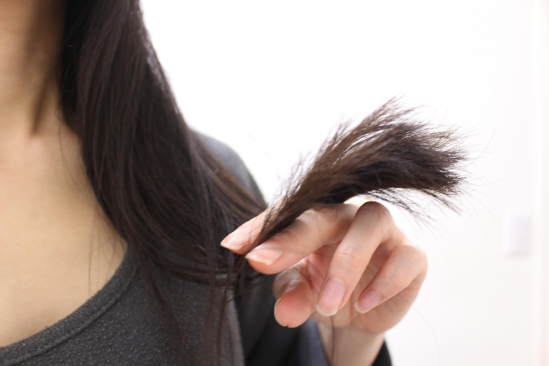女性の髪の毛先