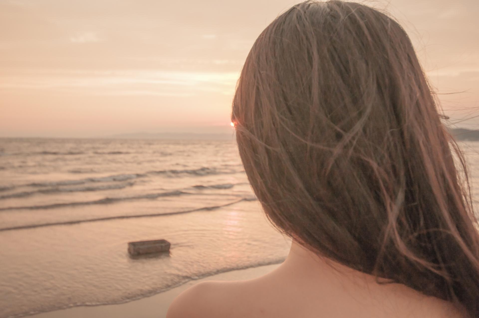 ヘアケアをして髪が綺麗になった女性