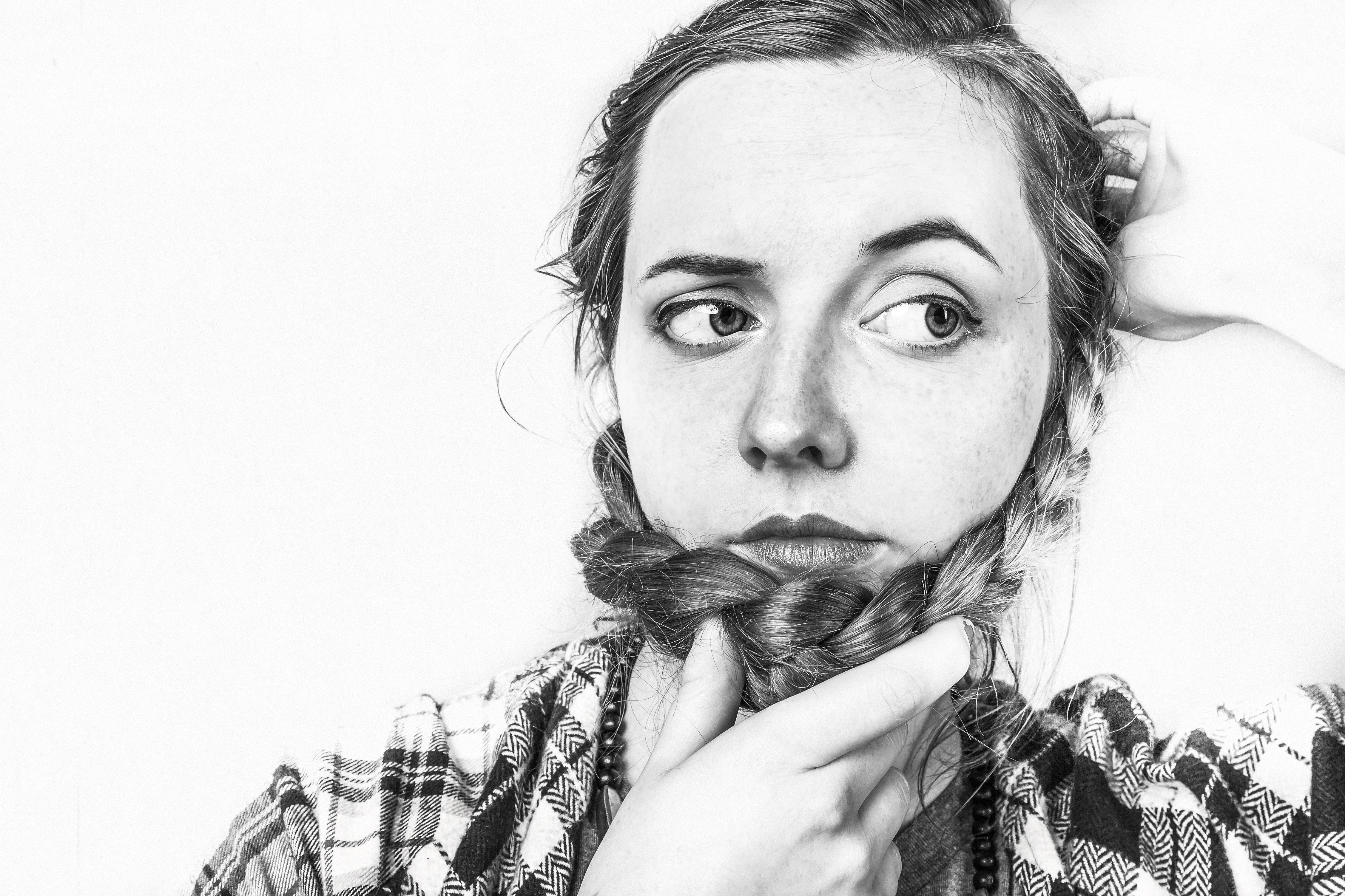 髪のボリュームに悩む女性